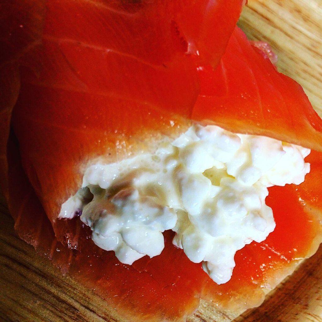 Geräuchter Lachs mit körnigem Frischkäse.